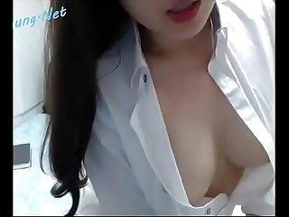 Em dâm trong màu áo trбєЇng